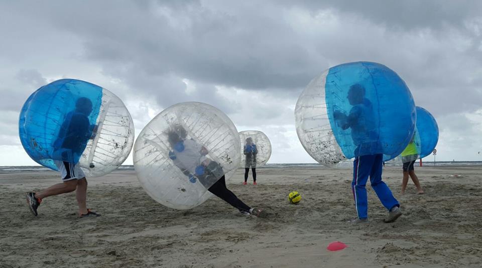 Bubbel voetbal aan het strand